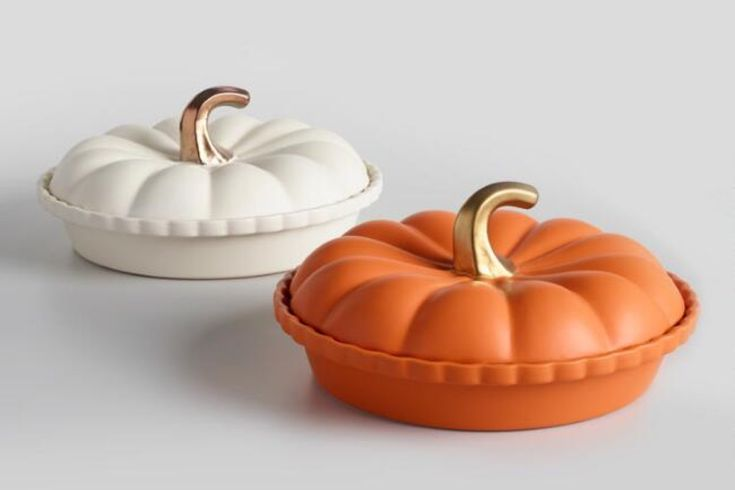Thanksgiving is upon us: the time when our collective obsession for 🎃 flavor is at its height. Turn the attention from PSL to the classic staple of pumpkin pie with this adorable pumpkin-shaped ceramic pie dishes! Cute enough to adorn any Turkey Day table! 🦃 🍁 🍰
