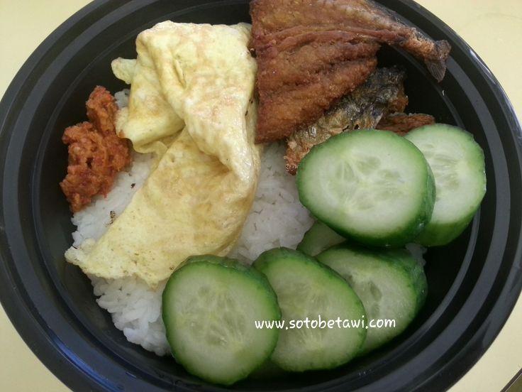 Ikan asin, telur dadar, ketimun dan nasi putih