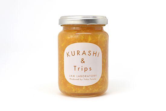完熟みかんにアマレットを加えた、冬のやみつきジャム。「北欧、暮らしの道具店」を運営する 私たちクラシコムと料理家フルタヨウコで 一緒に立ち上げたフードブランド 『KURASHI&Trips』のジャム。 無化学肥料で育てられた温州みかんにアーモンドのような香りのリキュール「アマレット」を加えてできあがりました。コクのある甘みがやみつきになる、フルーティーな味わいをお愉しみいただけます!みかんをまるごと使ったジューシーなおいしさ。ビタミンCたっぷりの温州みかんは広島県の農家で育てられた、今が1番おいしい完熟の