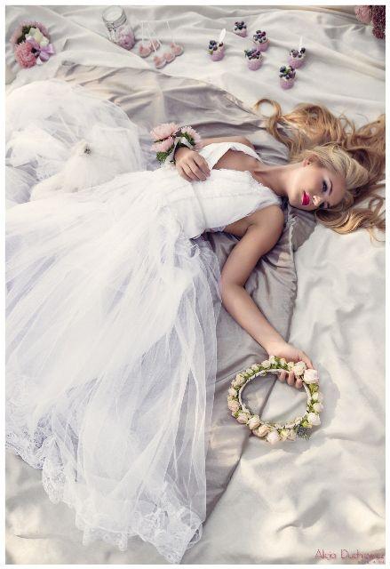 suknia, makijaż i fryzura ślubna oraz wianek ze świeżych kwiatów