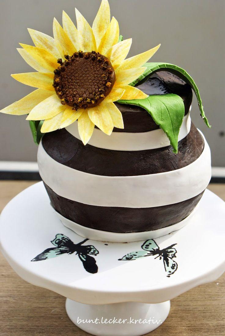 Eine Torte als Vase mit einer Sonnenblume aus Esspapier...cake like a vase with a sunflower made of Wafer paper...