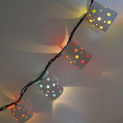 Essas lanterninhas são feitas com luzes do tipo pisca-pisca, rolos de papel higiênico perfurados e forrados com papel de seda colorido por dentro. Genial!