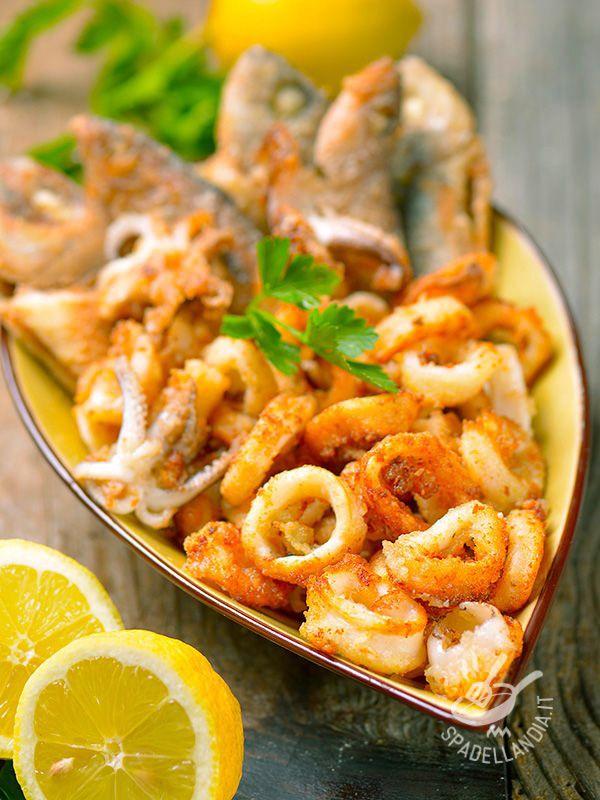 Mixed fried fish - La Frittura mista di pesce è quello che ci vuole quando ci assale la nostalgia dell'estate: provatela in questa versione: vi porterà il mare a tavola! #fritturamistadipesce