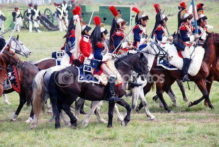 Rekonstruktioner klädd som Napoleonkrigen soldater rida hästar – Redaktionell stockfoto © Nevakalina #63518013