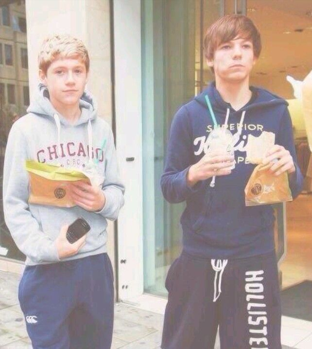 HAHAHAHA THIS IS SO FETUS THIS IS SO FUNNY THOUGH NIALL HAS A BLACKBERRY IM DYING