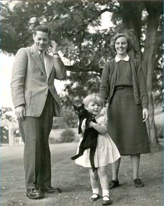 MM.LL,. Regele Mihai, Regina Ana si micuta Margareta tinand in brate pisica preferata