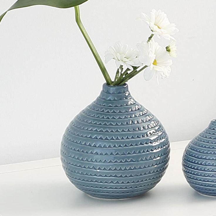 Dale un toque a tu hogar con este jarrón azul de cerámica