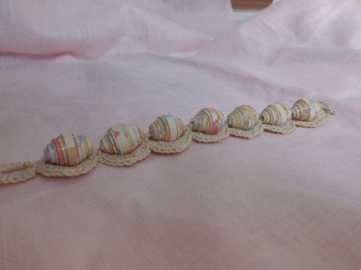 Realizzato all'uncinetto con l'aggiunta di perle di carta da parati