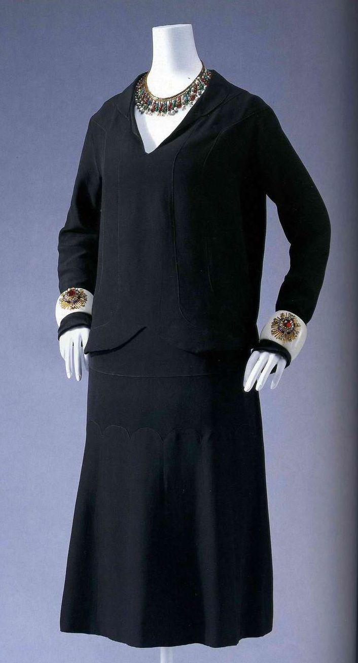 Платье. Габриэль Шанель, около 1927. Черный шелковый креп с атласной изнанкой, низкая талия, прямой силуэт, декорировано лентой.