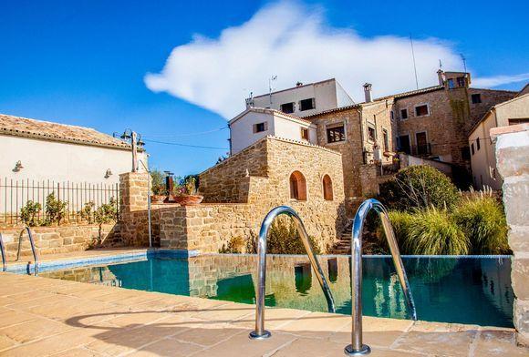 LLEIDA, COSCÓ. Casa rural Cal Albareda, antigua casa de payés (cat 3 espigas). Cuenta con #7_dormitorios (5 tipo suite con baño), sala de estar, 3 comedores, cocina equipada, sala de juegos ( #billar, #futbolín, #diana y #wii conectada a pantalla gigante), zona de #spa_jacuzzi, 2 terrazas, porche y jardín con #piscina y #barbacoa. Situada en un pueblo de 24 habitantes, muy tranquilo con excelentes vistas del #Montsec y del #Port_del_Compte. #casa_grande_en_Lleida…