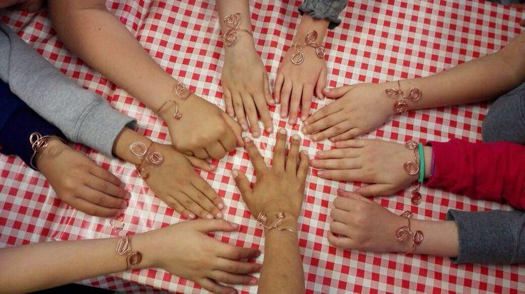 """I braccialetti in rame preparati dai bambini della scuola primaria di Lavagna durante l'attività didattica """"basta un filo di rame"""""""