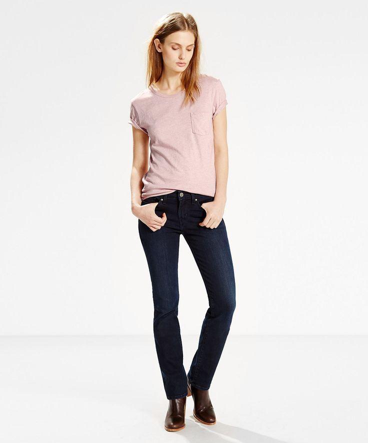 Original Levis® T-Shirts sind immer etwas ganz Besonderes. So wie dieses hochwertige Jersey Shirt aus 70% Baumwolle und 30% Leinen. Es ist kurzärmelig, hat eine Brusttasche und einen Rundkragen. Das leichte Shirt hat eine Standard Passform und ist sehr bequem geschnitten. Man kann es sehr gut mit anderen Oberteilen wie z.B. Blusen kombinieren oder aber auch solo tragen. So oder so. Es ist ein t...