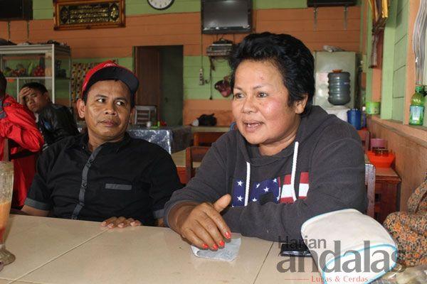 KOMENTAR - Anggota DPRD Karo, Siti Aminah Br Peranginangin saat memberikan komentar terkait ketidakhadiran Bupati Karo mendampingi kunjungan...