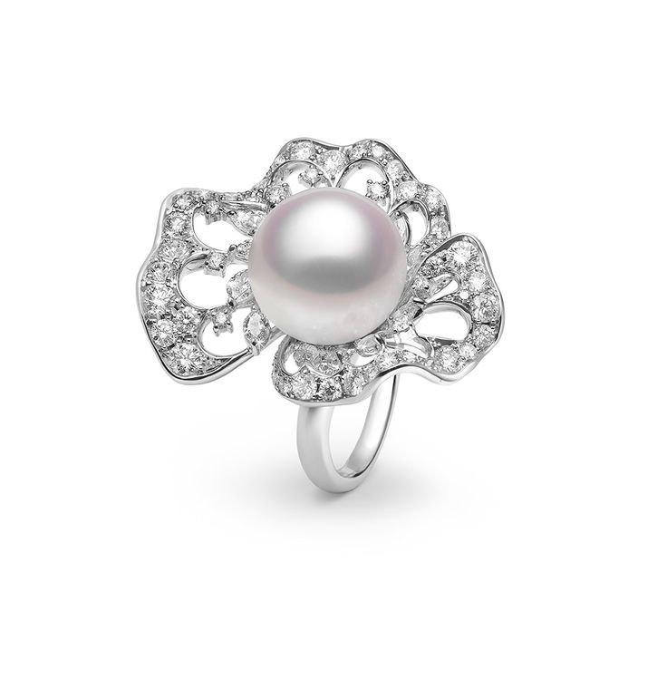 A Diamond Bloom Ring in platinum with 15mm cultured White South Sea Pearl and diamonds (3,76 CT) by Mikimoto.