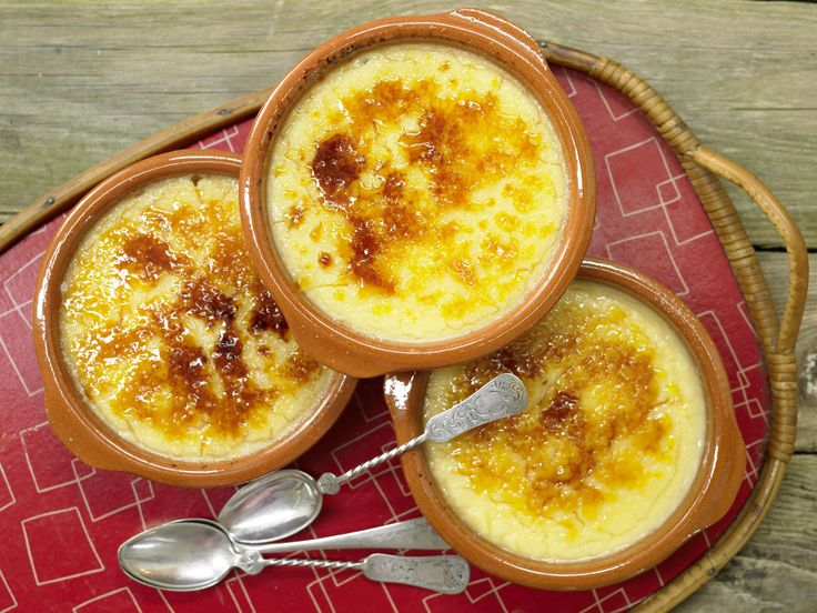 Gebrannte Karamellcreme mit Eigelb, Lorbeer und Zitronenschale | Kalorien: 325 Kcal - Zeit: 30 Min. | http://eatsmarter.de/rezepte/gebrannte-karamellcreme