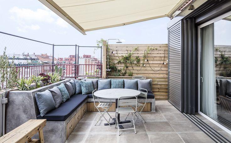 Situé dans un immeuble des années 1970 dans le quartier de Ensanche à Barcelone, cet appartement en dernière étage de 160 m2 en duplex, avec une terrasse, qui était autrefois dans un état délabré, …