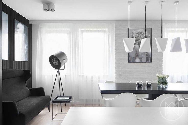 Nad stołem wiszą żyrandole Blum W1. Projekt wnętrza: widawscy.pl