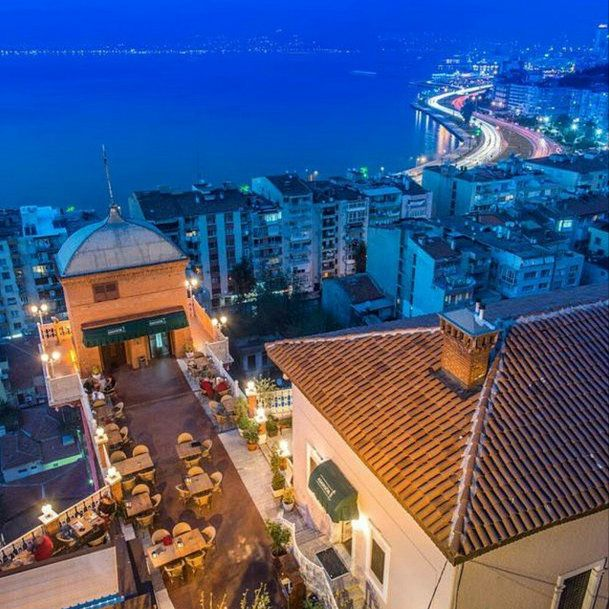 The deep blue sea is shining under the historical lift. #Cityofizmir is a magical gift. @cityofizmir #historicliftd  #izmir