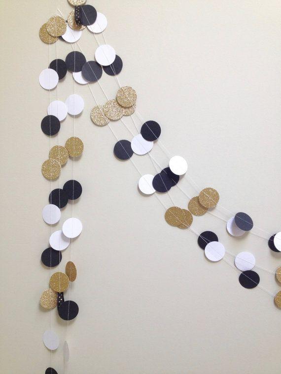 Cette jolie guirlande est idéal pour des événements et de décoration ! La guirlande est faite de cercles de 1,5 pouces qui sont des étincelles noirs, blanc et or avec un ruban à la fin pour accrocher facilement. Vous pouvez choisir la longueur (5 ou 10 pieds). Notes importantes sur cette guirlande ! -Cette liste est pour une guirlande (vous choisissez la longueur à la caisse). -Les photos sont de nombreuses guirlandes en couches pour un effet de superposition. -Prenez soin lors de…
