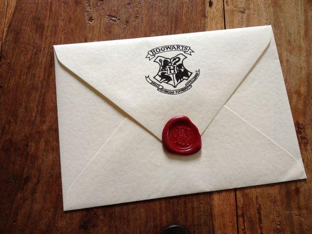 Nous vous offrons plusieurs idées. Portoloin1 Envoyer des invitations en s'inspirant des lettres d'acceptation à Poudlard.2 Décorer sa porte pour qu'elle ressemble à la plateforme 9 ¾.3 Mettre en place des jeux Harry Potter.4 Organiser un jeu de Quidditch dans son jardin ou dans un parc proche.5 Faire un gâteau d'anniversaire Harry Potter6 Mettre une …
