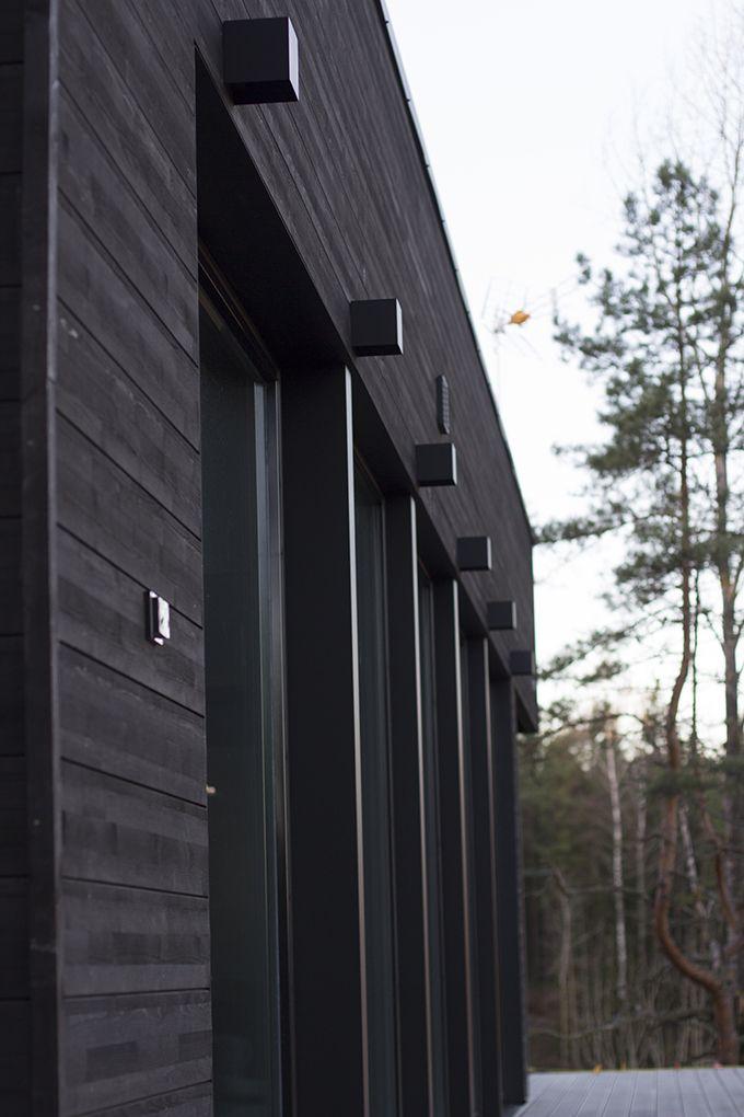 Wooden house in the woods, but with modern looks. / Puutalo metsän keskellä edustaa modernia tyyliä. www.valaistusblogi.fi