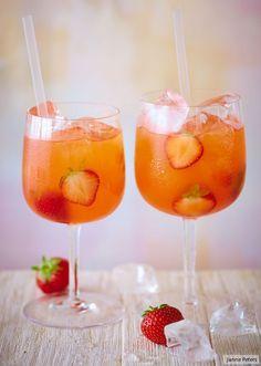 Unser neuer Lieblingsdrink: Wodka, Orangenlikör, Zitrone und natürlich viele Erdbeeren!