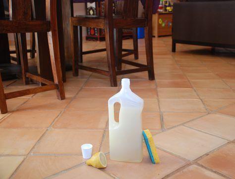 Désinfectant, détartrant et vraiment pas cher, ce produit nettoyant pour le sol a tout bon. Amusez-vous à le préparer à la maison en quelques minutes, et découvrez tout l'intérêt de faire ses produits d'entretien soi-même. Vous verrez, cette recette est diablement efficace !
