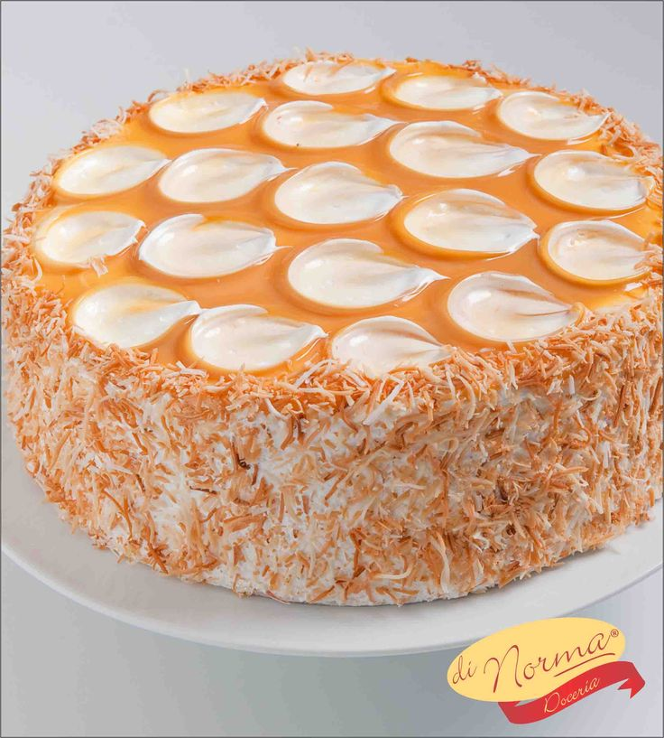 """Bolo de Doce de Leite com Coco"" (Aro 24) - Delicado pão de ló, recheado com delicioso leite condensado de coco, cobertura de marshmallow e flocos de coco queimado."