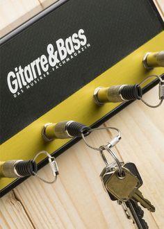 Schlüssel verloren? Muss nicht sein. Ist Ordnung die halbe Miete? Meistens nicht,aber manchmal hilft´s. Und Ordnung im Schlüsselhaushalt erspart so manche Such-Minute. Ordnung schafft z. B. das neue Gitarre-&-Bass-Schlüsselbrett! Da weiß man doch gleich, wer hier zuhause ist … Das in Handarbeit hergestellte, aus Holzwerkstoff gefräste und mehrschichtig lackierte Gehäuse präsentiert sich in stilechter Amp-Optik...