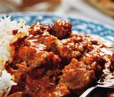 Recept på Rogan josh - kryddig indisk lammgryta. Du gör grytan av bland annat vitlök, röd chili, lamm, kardemumma, spiskummin, dill, ingefära, tomat och matyoghurt. Servera med basmatiris, söt mango chutney och naanbröd!