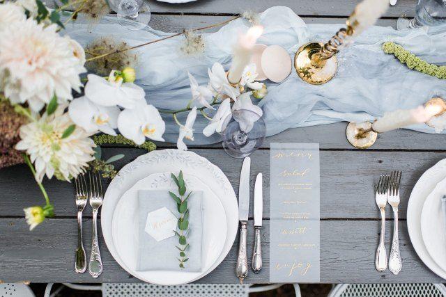 Credit: Alexandra Vonk Photography - bloem (plant), tabel (meubels), mes, huwelijk (ritueel), glas, ornament, vork (bestek), luxe (rijkdom), geen persoon, zilverwerk