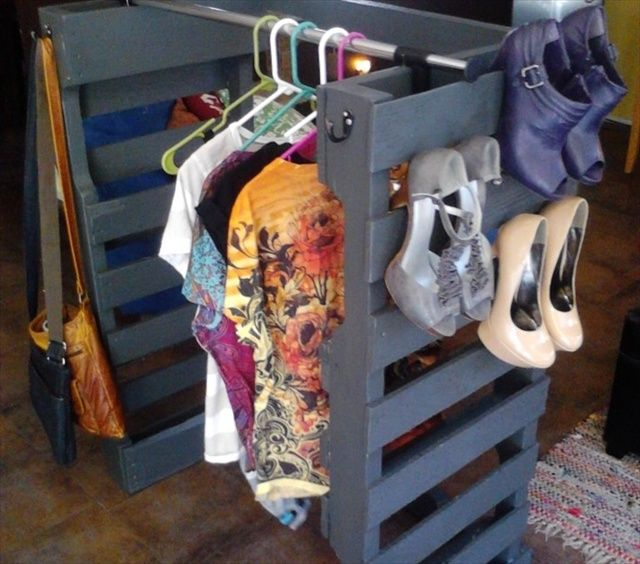 PALLET SHOE RACK There is simply almost nothing to this DIY. Just clean up a pallet and lean it against the wall.  It holds flip flops perfectly! source It also holds sneakers with no problem. source Heels?  No problem. source You can have fun with this and give your pallet a bright paint job. source …