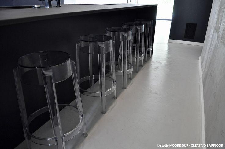 Realizacja: Dom pod Lublinem Technologia: mikrocement CREATIVO BAUFLOOR w jasnoszarym odcieniu z delikatnym efektem przepaleń. Wykonawca: Moore Studio Dekoracji Wnętrz