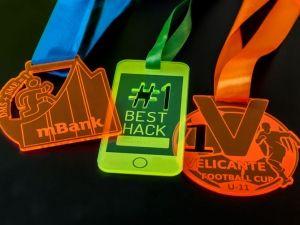 Kreatywne i dość kolorystyczne medale dla firm . Wykonane z pleksi fluorescencyjnej.