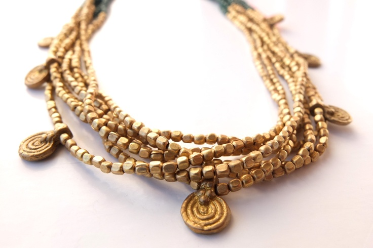 Do not miss the details. This indian handmade necklace combines fine green glass w/ cute golden brass.