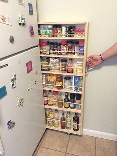 Adicione um armário de despensa deslizante no espaço sobrando ao lado da geladeira. | 23 maneiras inteligentes de organizar seu apartamento pequeno