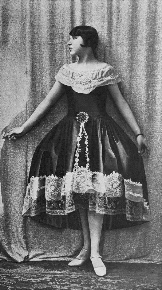 """Les Modes (Paris) January 1928 """"marion delorme"""" robe de style par Boué Soeurs"""