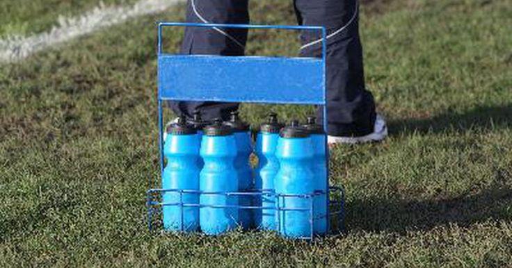Diferentes maneiras de retirar gosto e cheiro de plástico de garrafas esportivas. Você já tomou um longo gole da sua garrafa de água, esperando um refresco, apenas para ser surpreendido pelo gosto de plástico líquido? Muitas garrafas esportivas, principalmente as mais baratas, deixam a água dentro delas com gosto de plástico. Existem alguns truques que você pode usar para remover essa característica indesejável das suas ...