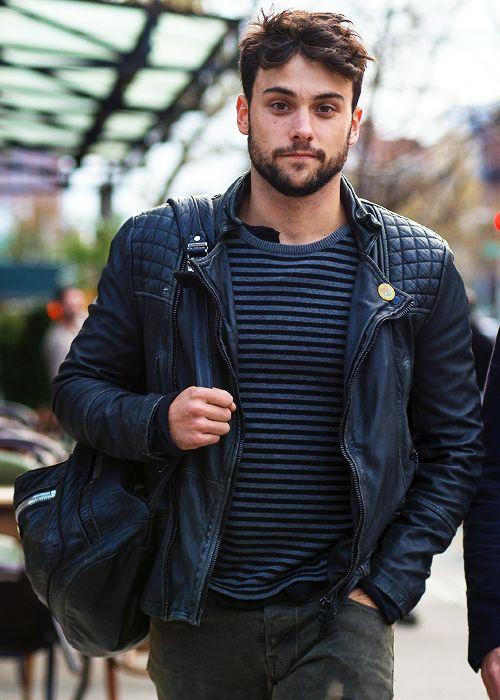 Jugendlich monochromes Outfit mit kerniger Bikerjacke.