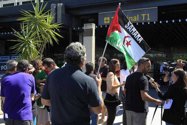 Medio centenar de personas protestan en Barajas contra la vulneración de los derechos de los ciudadanos saharauis