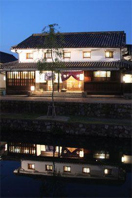 倉敷川の水面に映る当館