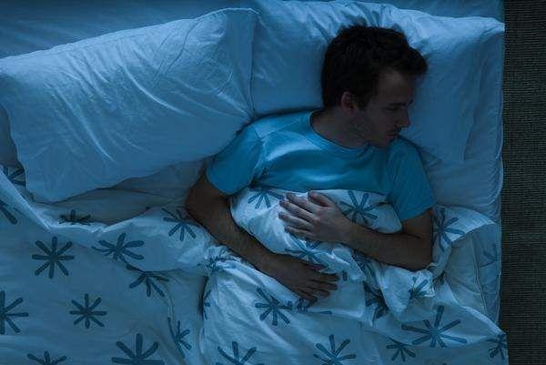 Los fisioterapeutas señalan que la elección de la almohada es igual de importante que la del colchón. La forma de dormir es el principal aspecto que en mayor medida debe condicionar la elección de una u otra. Los que duermen de lado necesitan almohadas más altas y los que duermen boca abajo, más bajas. La dureza y el ancho también dependen de la postura. En el caso de que duerman dos en la cama, cada persona debe tener su propia almohada.