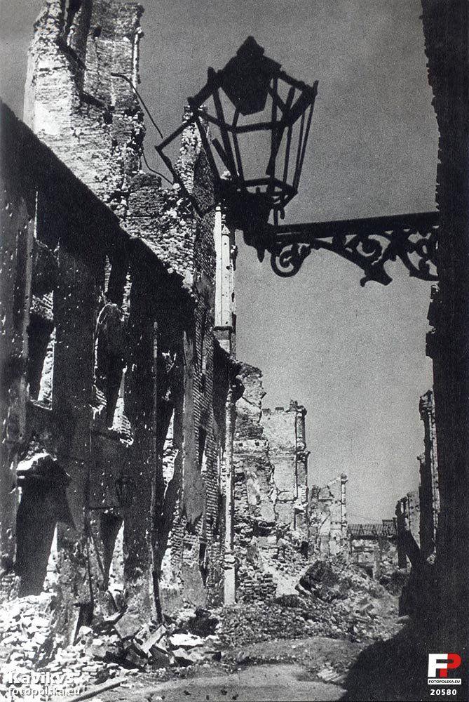 10 maja 1945 , Perspektywa ulicy Piwnej w kierunku Wąskiego Dunaju; z lewej ruiny klasztoru augustianów i kościoła św. Marcina.