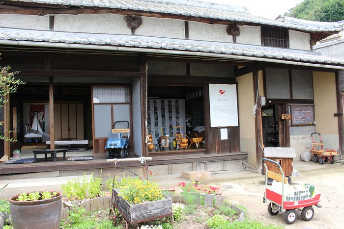 「オンバ」とは手押し車のこと。細い坂道や石段が多い島の暮らしには、欠かせない生活用具です。「オンバカフェ」はオンバファクトリー内にある、古民家を改装したカフェです。