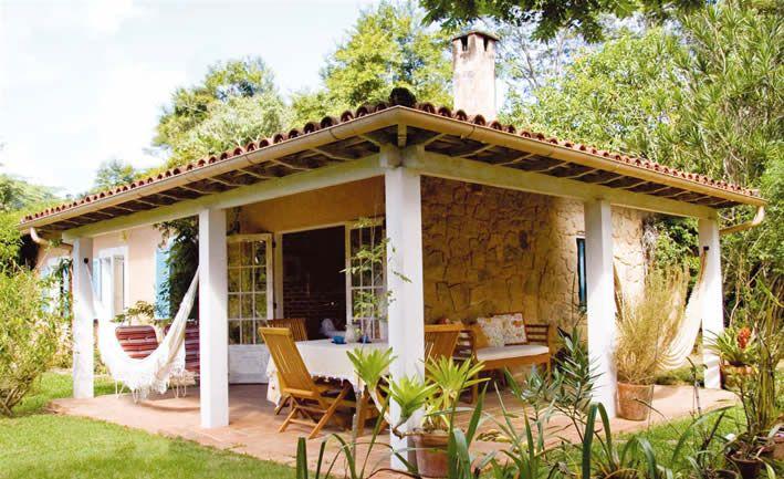 Prepara tu casa para el verano con una bella hamaca o silla colgante...Mirad que ambiente...que tranquilidad...que bonito una hamaca entre las dos columnas... Visítanos en www.brasilchic.net y hazte con la tuya