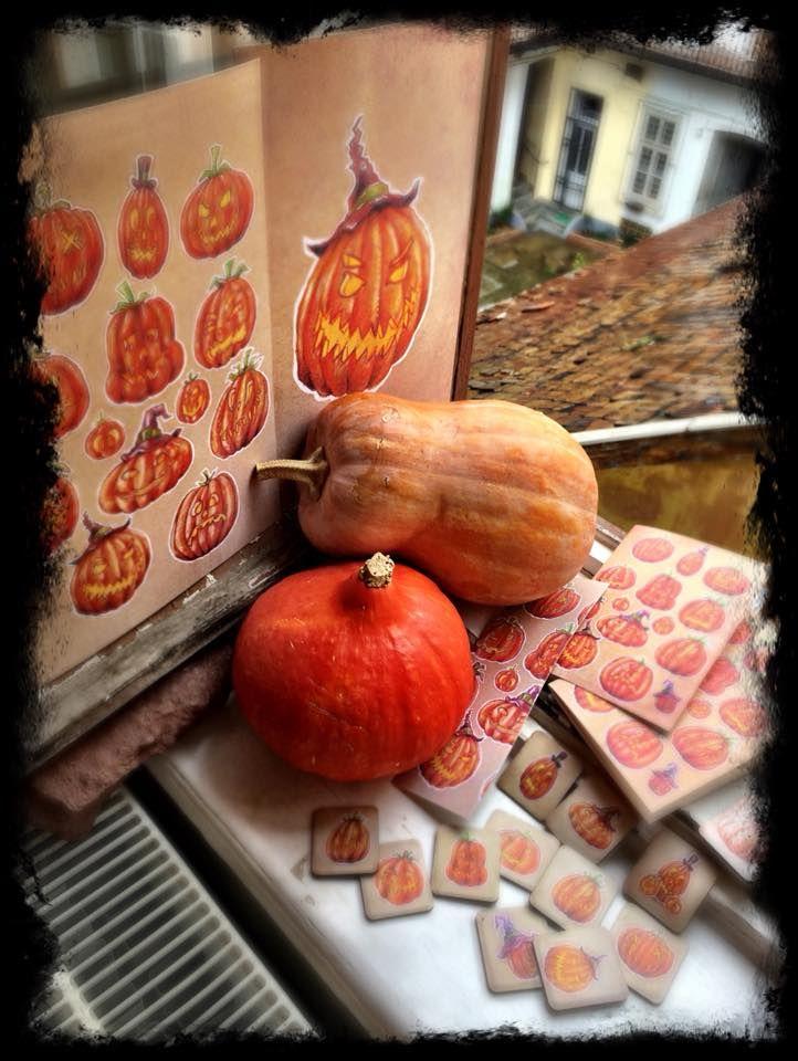 some fun from my Halloween artworks 2017. I made fridge magnets, stickers , booklets, and prints with pumpkin heads :-)  Bár+még+csak+pár+posztot+írtam,+de+a+Halloween+közelsége+miatt+bele+vágok+ebbe+is.+Megszerettem+ezt+az+ünnepet,+és+lassan+kezd+Magyarországon+is+kedvelt+lenni.+Megihletett+a+sok+töklámpás,+így+rajzoltam+pár+verziót.+Készítettem+pár+rajzot+amiből+sok+aranyos+ajándékot+kreáltam.Ha+tetszenek,+írj…