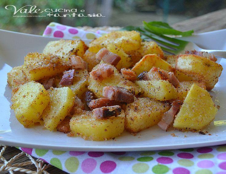 Pelare le patate,asciugarle con un panno e tagliarle a tocchetti, metterle in una ciotola ed aggiungere sale, olio, ed il pangrattato,mescol...