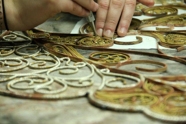 Spiegel von Boca do lobo benutzt Schmuckherstellung Techniken | FILIGREE SPIEGEL, die neueste Neuheit präsentiert von Boca do Lobo ist ein von einer Kunstwerk, das diese alte und edle Metallverarbeitung Technik verkörpert. | wohn-designtrend.de/ | #filigran #goldspiegel #design #welovedesign
