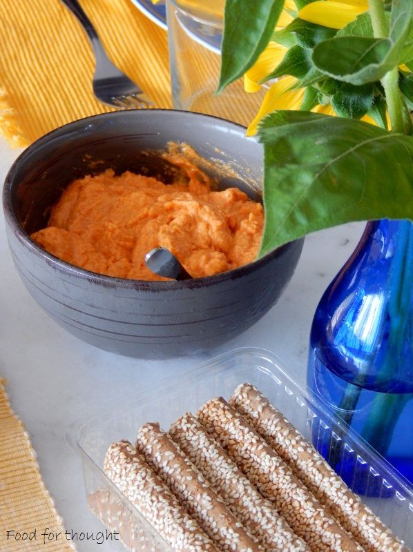 Κριτσίνια, ντιπ με φέτα και πιπεριά φλωρίνης. http://laxtaristessyntages.blogspot.gr/