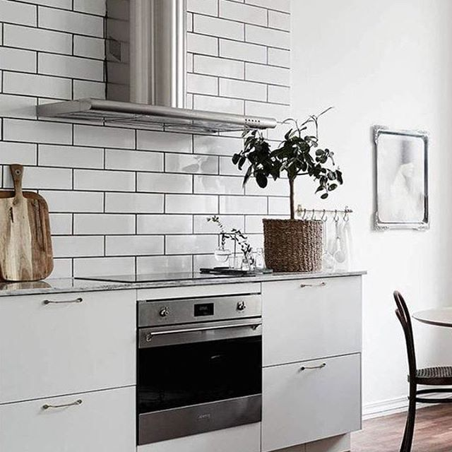 Classic aethetic line designed by world-renowned architect Guido Canali over 30 years ago 📷 via cocolapinedesign.com #timelessdesign #designicon  #smegusa #madeinitaly #oven #hood #interior #archilovers #homedecoration #kitchen #inspiration #lovecooking